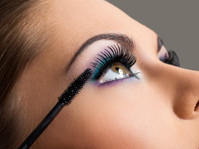 Uso de maquiagem e cosméticos para os olhos