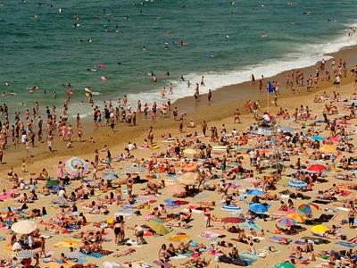 Praias lotadas aumentam risco de conjuntivite e covid-19